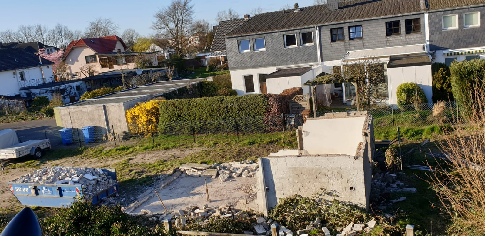 Der Bau unserer neuen Halle - Der Hühnerschuppen darf weichen - © Foto: Hans-Dieter Heins
