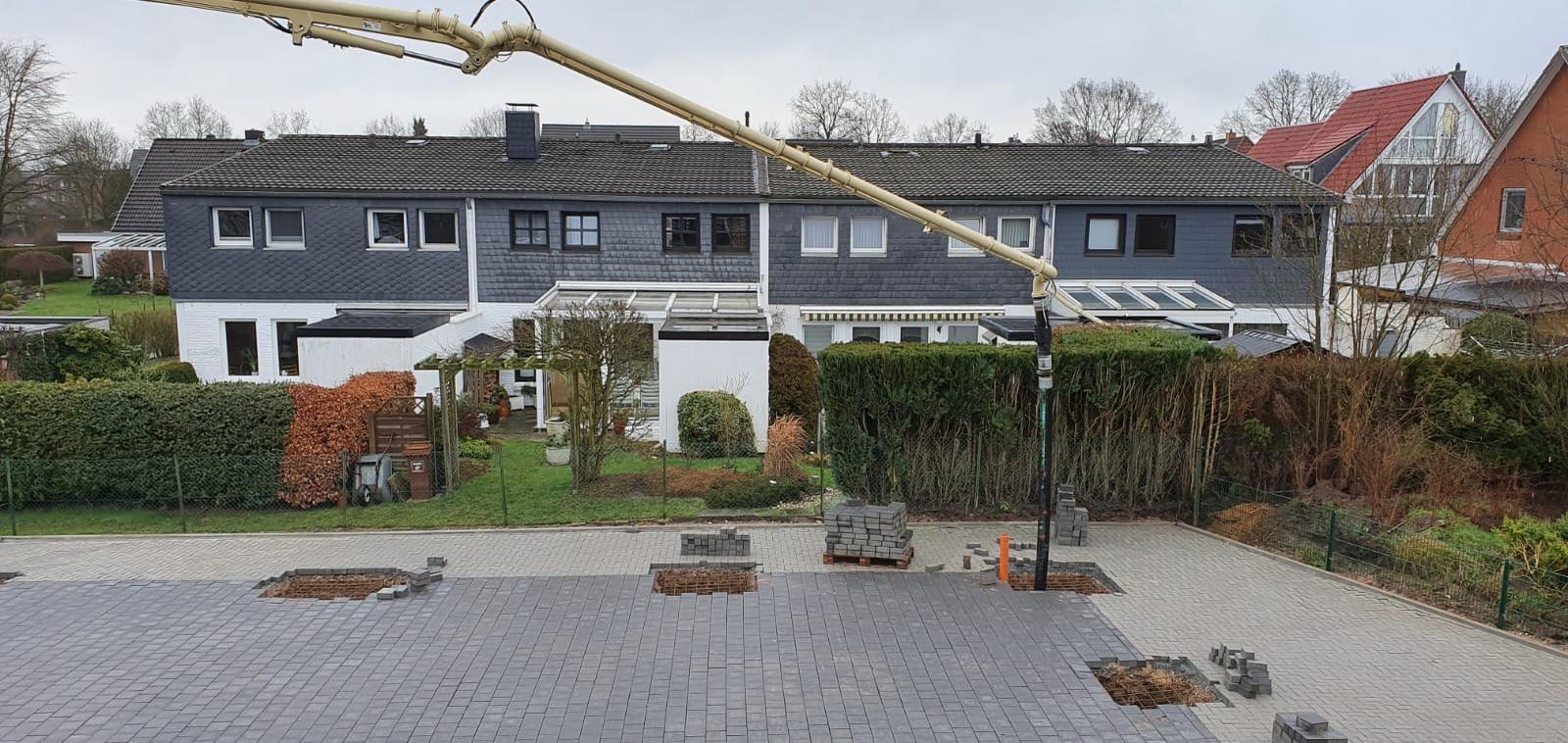 Ein spezieller Kranwagen füllt die Felder mit Beton © Foto: Hans-Dieter Heins-Dieter Heins